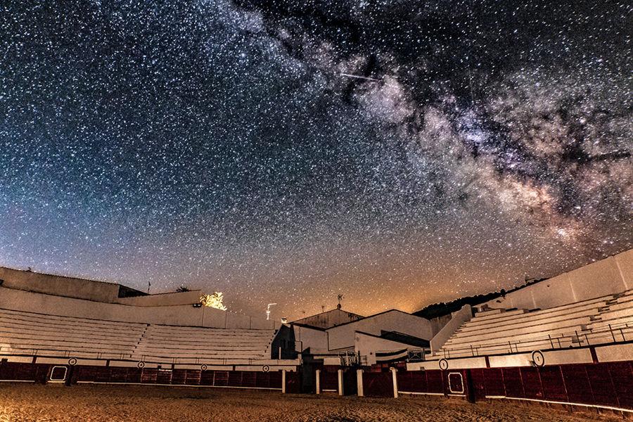Vía Láctea sobre plaza de toros