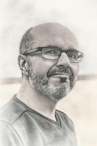 Retrato de hombre con gafas
