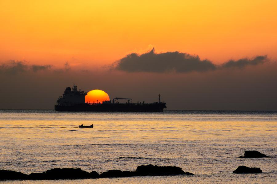 Transportando el sol en el estrecho.