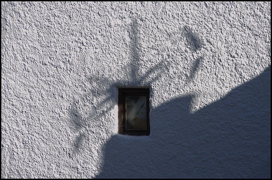 Pared con reloj y sombra