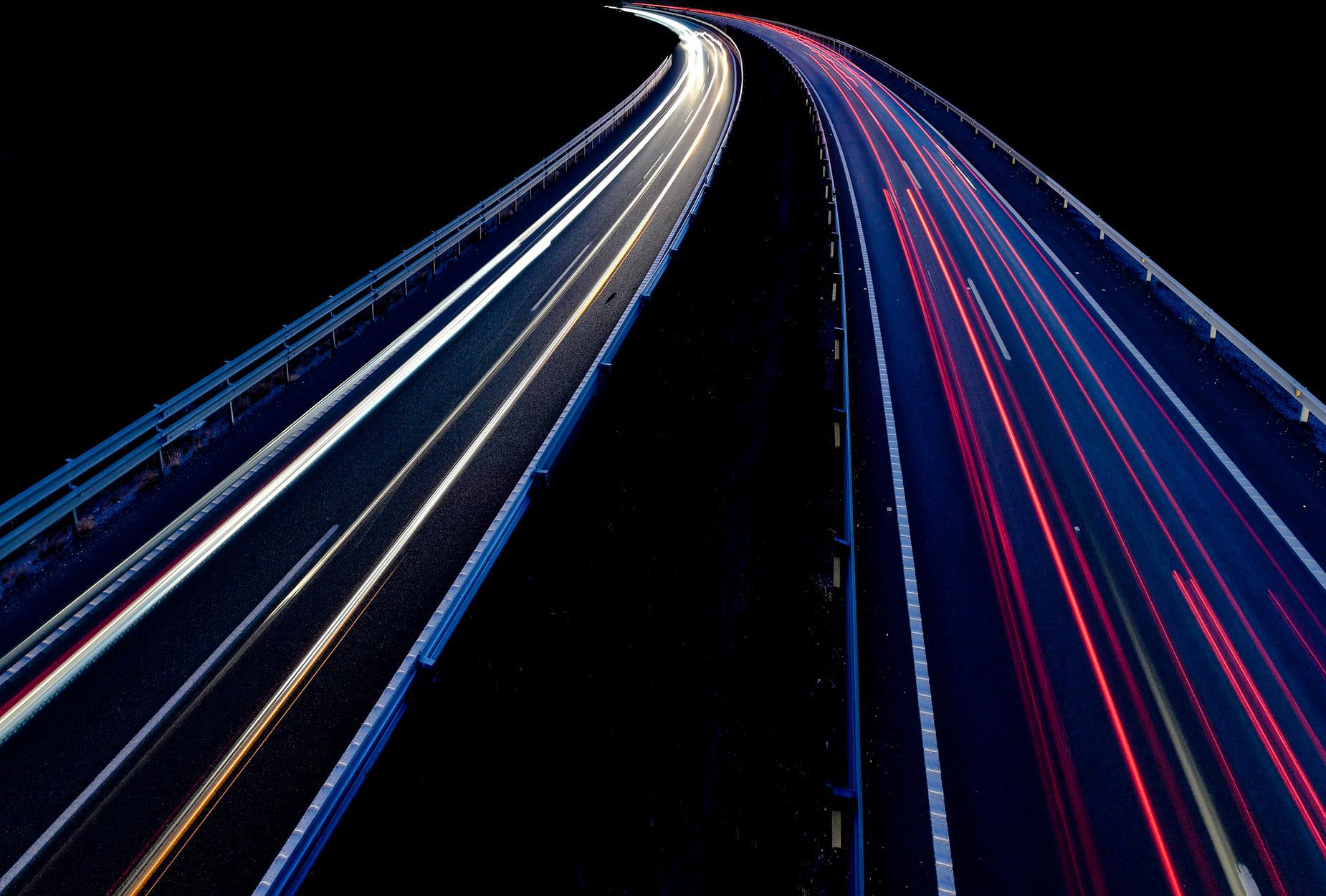 Luces de carretera fugándose