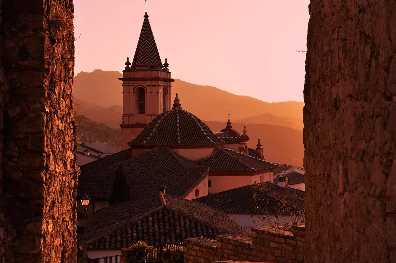 Muros, tejas y montañas.