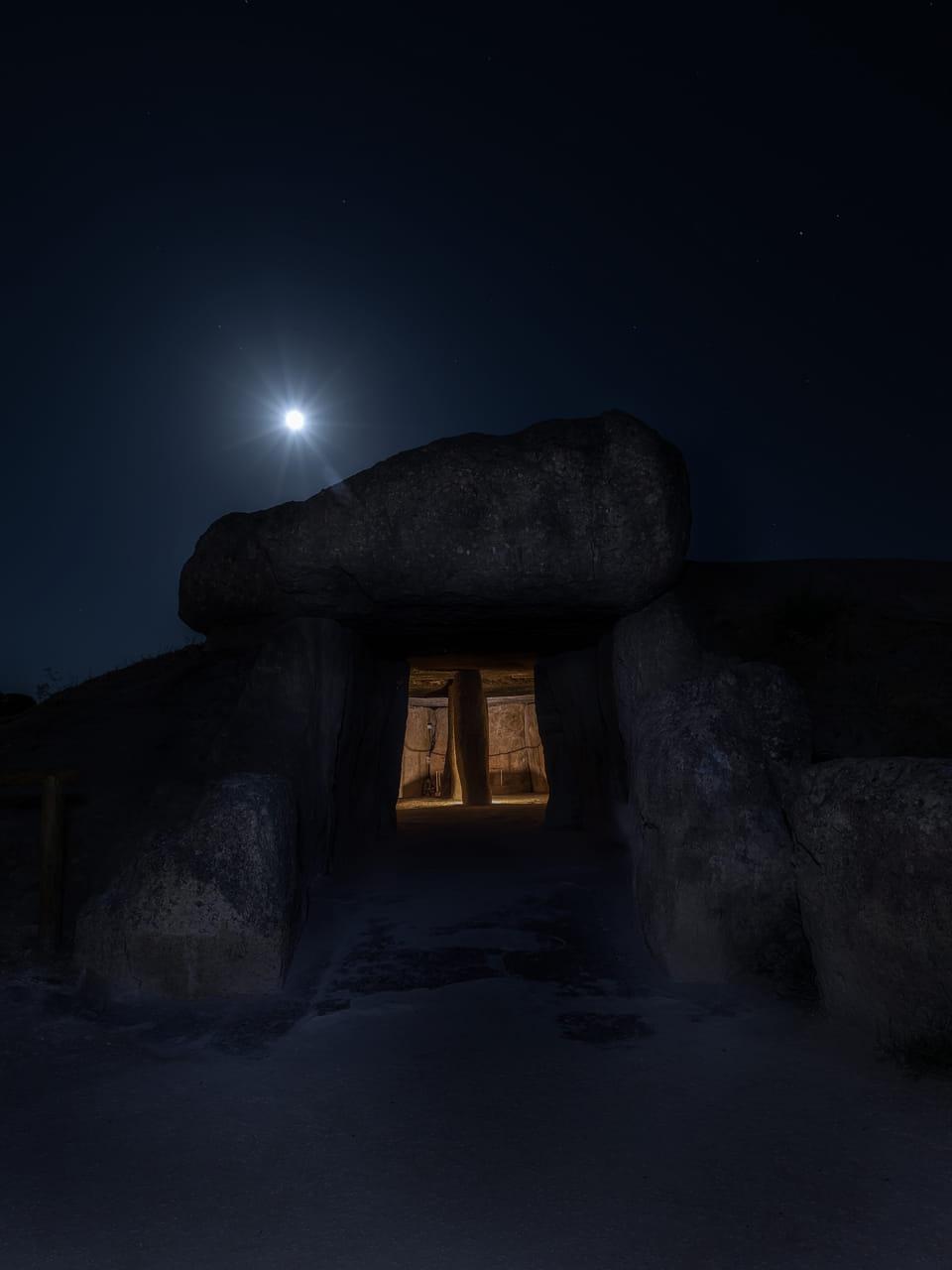 Dolmen (bajo la luna)