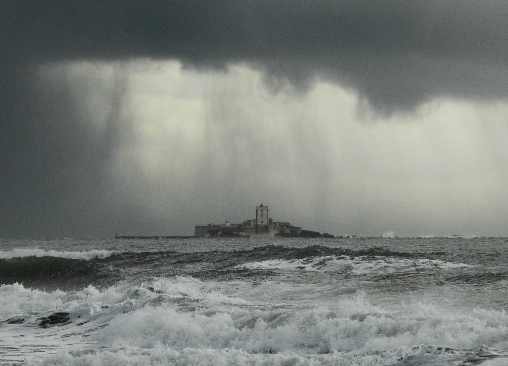 Tormenta sobre el castillo de Sancti Pétri ( Cádiz  )