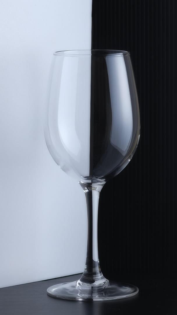 copa sobre blanco y negro