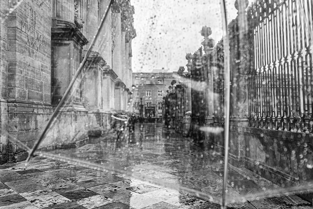 Detrás del paraguas