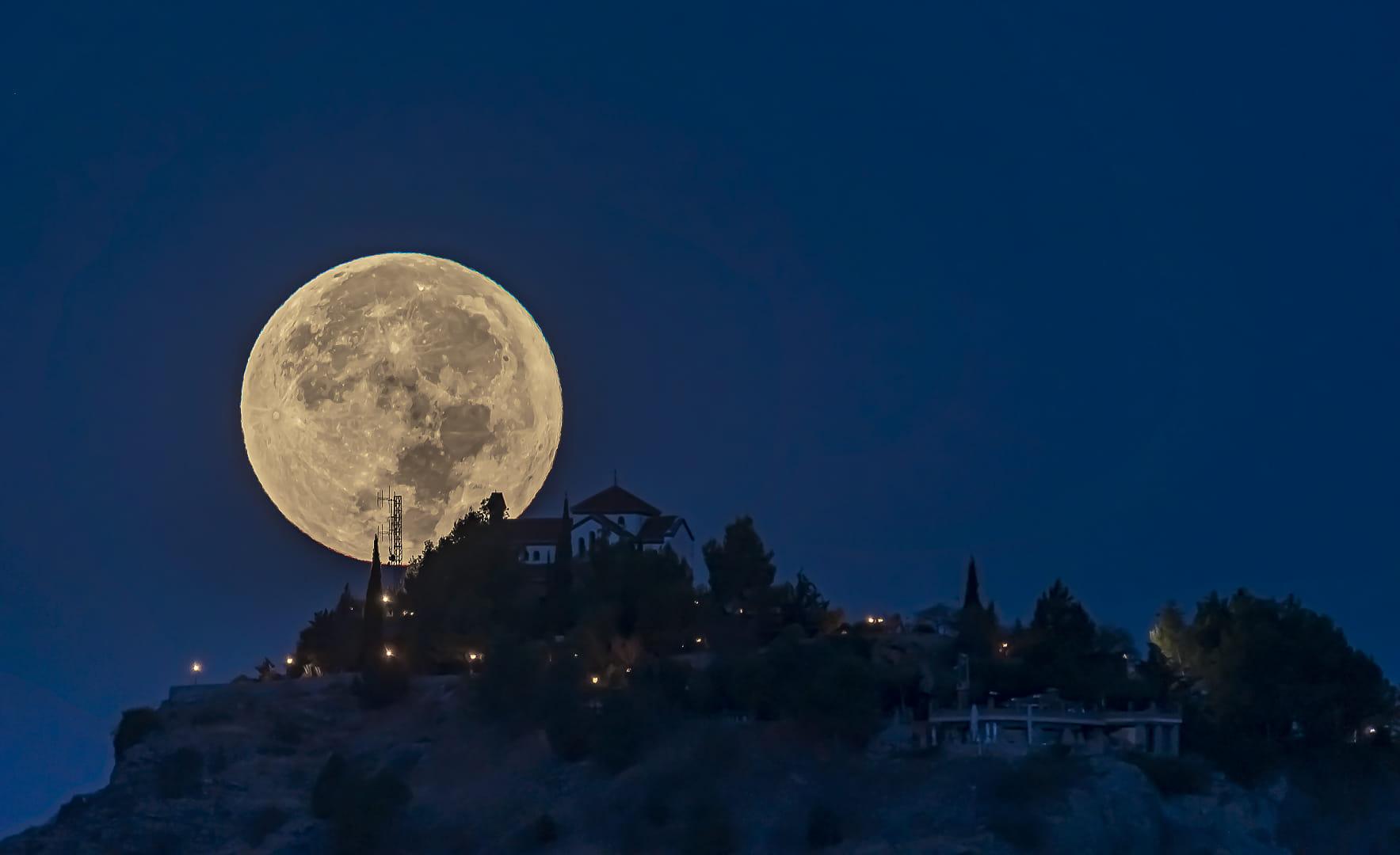 La Luna y la Ermita
