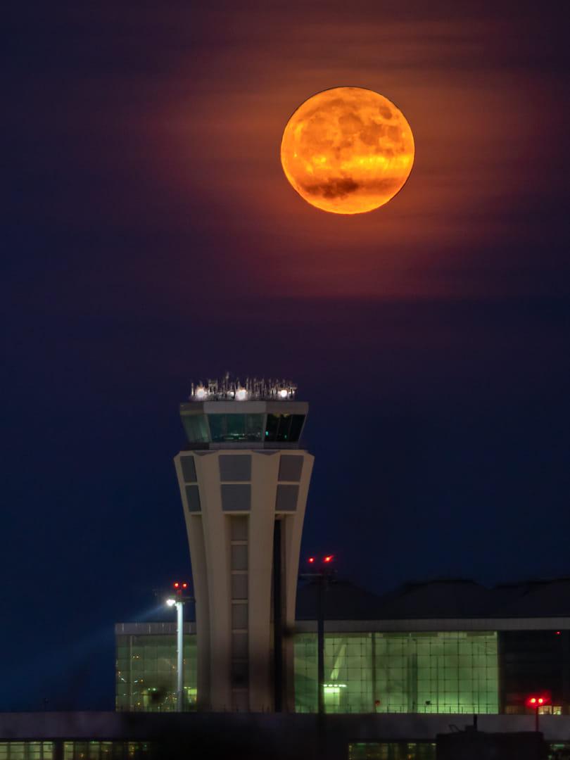 Y la Luna ascendió sobre la Torre de control