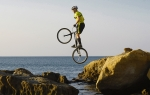 Ciclista saltando por las rocas