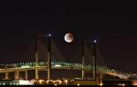 Luna sobre el puente