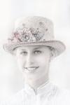 Muchacha con sombrero de flores