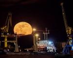 El puerto y la luna