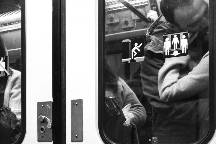 El beso (en el metro)